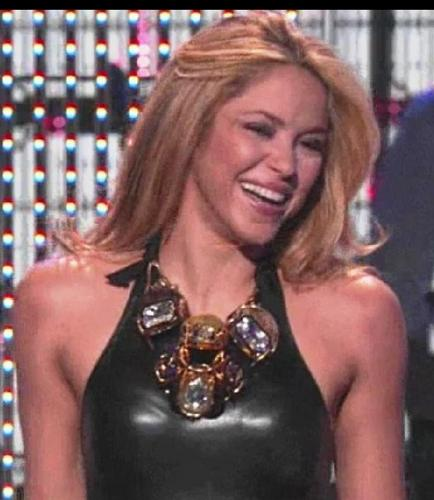Shakira wallpaper possibly containing attractiveness, a bustier, and a portrait called shakira smile 3