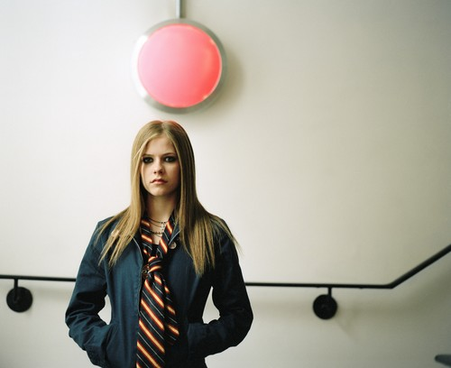 Avril Lavigne - Photoshoot #008: Under the giường (2002)