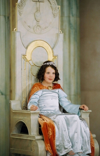 Lucy Pevensie wallpaper containing a drawing room, a throne, and a living room entitled Coronation Scene