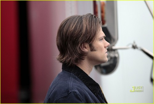 Jensen Ackles and Jared Padalecki shoot scenes for 수퍼내츄럴 on January 13 In Vancouver