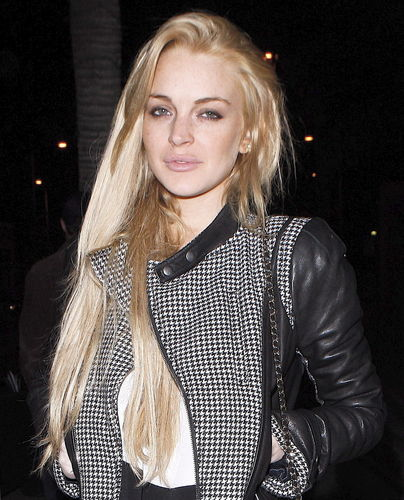 Lindsay Lohan enjoys a night out with Друзья at Hal's Bar and Grill in Venice, California