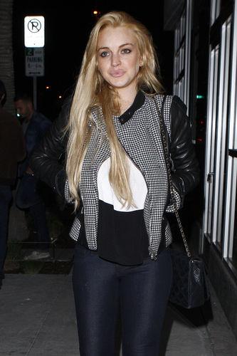 Lindsay Lohan enjoys a night out with mga kaibigan at Hal's Bar and Grill in Venice, California