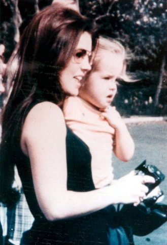 Lisa Marie Presley wallpaper possibly containing a bustier entitled Lisa Marie Presley