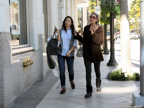 Lisa shopping in Los Angeles with Sara Hess