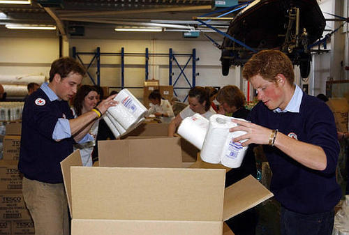 Prinz William Hintergrund with a packing box entitled william_harry