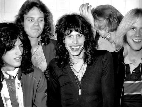Aerosmith Hintergrund probably with a business suit titled Aerosmith