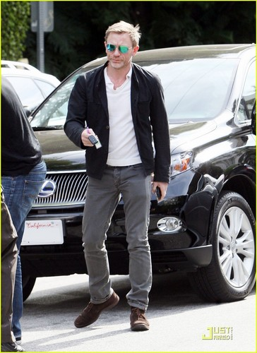 Daniel Craig Hintergrund possibly with a business suit, an automobile, and a hecktürmodell, fließheck entitled Daniel Craig