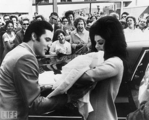 Elvis and Priscilla show off a newborn Lisa Marie to fãs in 1968