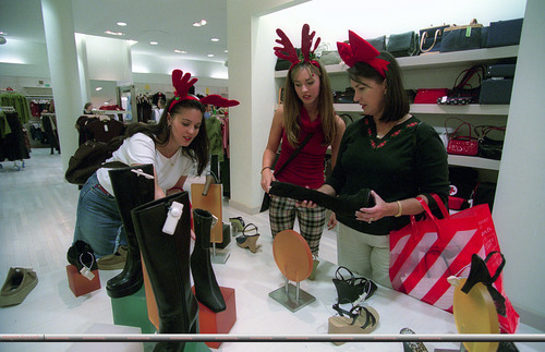 Megan rubah, fox Christmas-shopping with her sister and mother