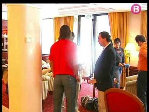 Rafa in red shirt, pants without pockets and sinturon revealing too Rafa asno !!!