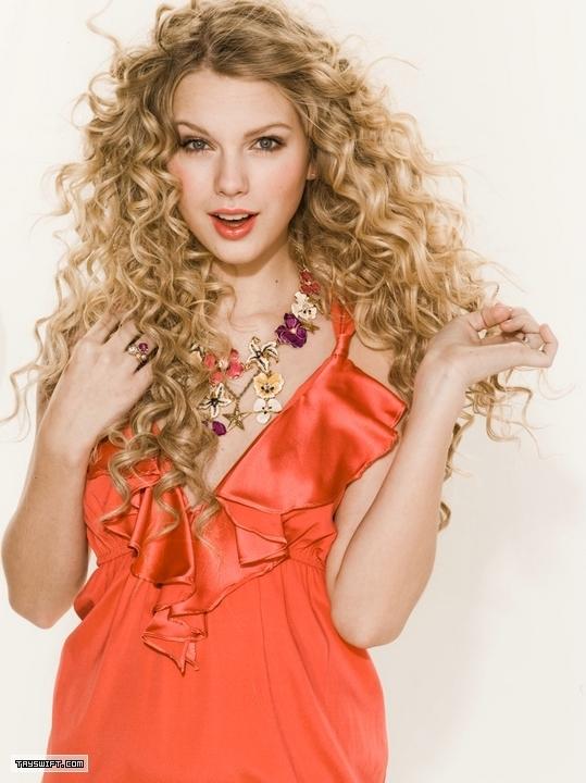 http://images4.fanpop.com/image/photos/18500000/Taylor-Swift-Photoshoot-081-Seventeen-2009-anichu90-18511455-539-720.jpg