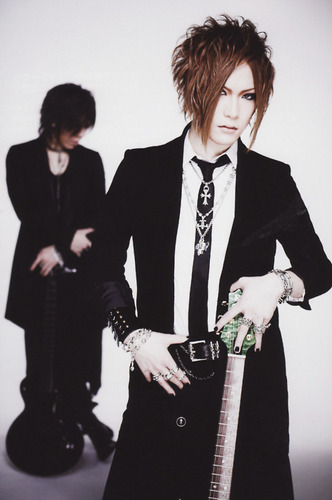 The Gazette achtergrond with a business suit and a suit entitled Uruha & Aoi