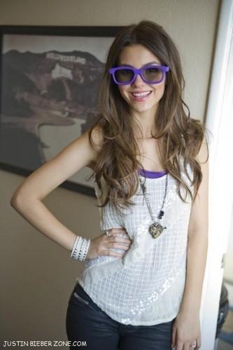 victoria justice w/justin's 3D glasses