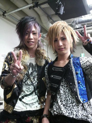 Jrock wallpaper probably with a hip boot entitled Chiyu(SuG) & Tsukasa(ZUCK)