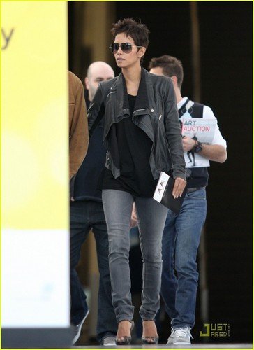 Halle Berry: Art hiển thị with Olivier Martinez
