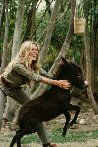 Brigitte Bardot karatasi la kupamba ukuta probably with a tasmanian devil called Lovely BB
