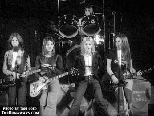 Les Runaways fond d'écran containing a concert and a le batteur, batteur called The Runaways - 1976