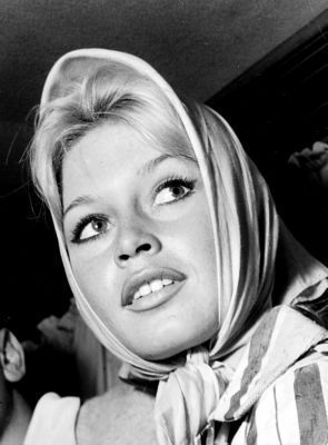 Brigitte Bardot karatasi la kupamba ukuta possibly containing a portrait called Wonderful BB