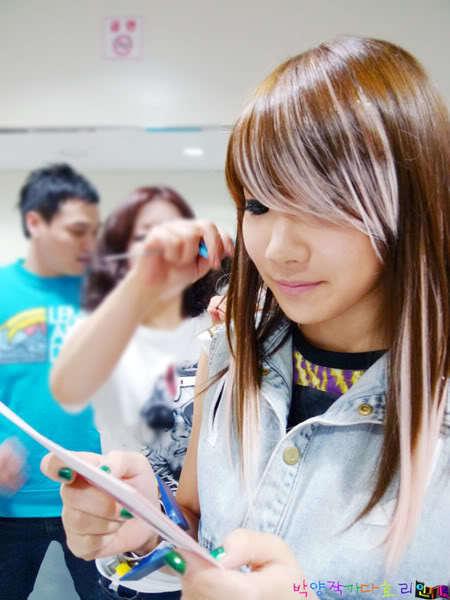 http://images4.fanpop.com/image/photos/18700000/2ne1-2ne1-18754741-450-600.jpg