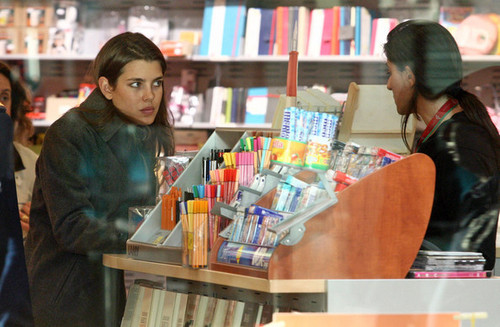 Prinzessin charlotte Casiraghi Hintergrund containing a bookshop entitled charlotte Casiraghi in Nice