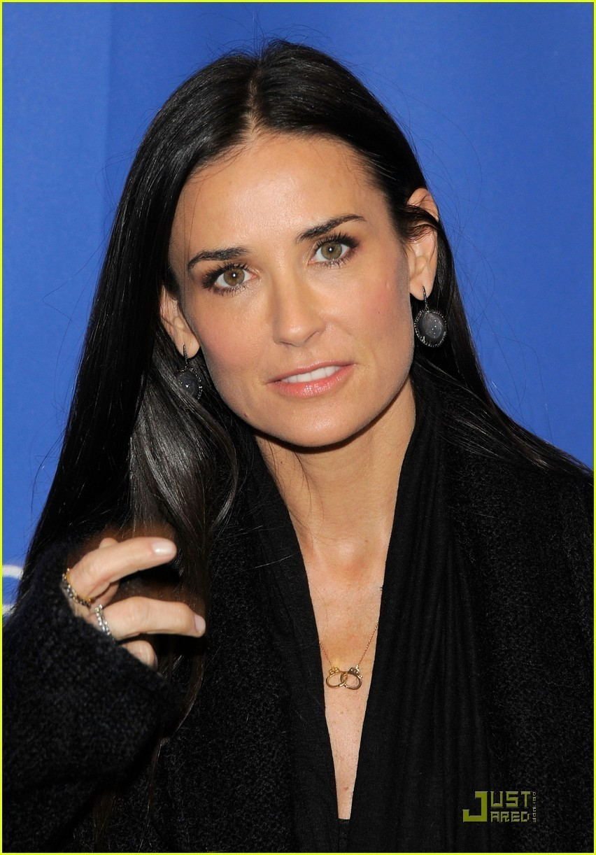 http://images4.fanpop.com/image/photos/18700000/Demi-Moore-Another-Happy-Day-Premiere-with-Ellen-Barkin-demi-moore-18724975-852-1222.jpg
