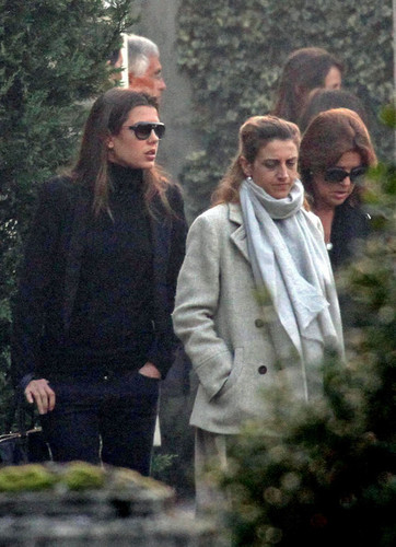Prinzessin charlotte Casiraghi Hintergrund probably containing an outerwear called Laura Sabatini Casiraghi's Burial Survices