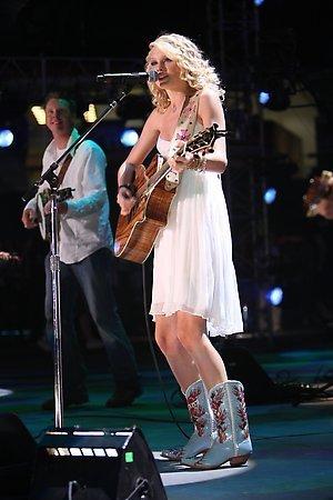 Taylor swift!!rocks