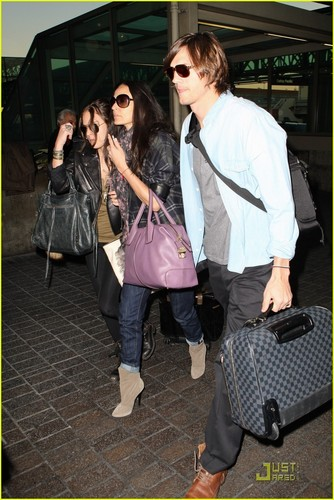Demi Moore & Ashton Kutcher: En Route to Brazil! - demi-moore Photo