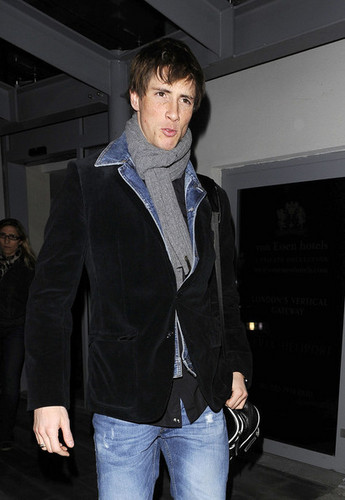 Fernando Torres দেওয়ালপত্র containing a business suit and a well dressed person titled His last দিন in Anfield
