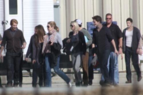 ছবি Of Robert Pattinson, Stephenie Meyer & Cast On The Breaking Dawn Set!
