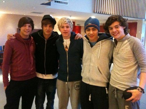 1D = Heartthrobs (1D Celebrating Flirty Harrys 17th Birthday) 100% Real :) x