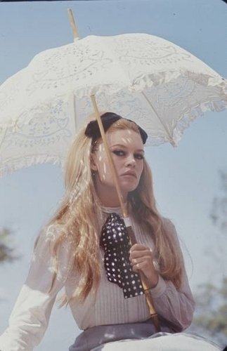 Brigitte Bardot karatasi la kupamba ukuta containing a parasol called BB - like a princess