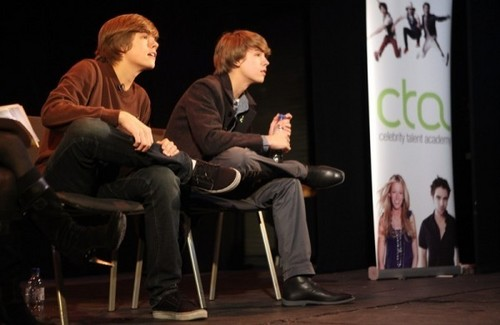 Dylan and Cole Sprouse Teach 表演 in 伦敦