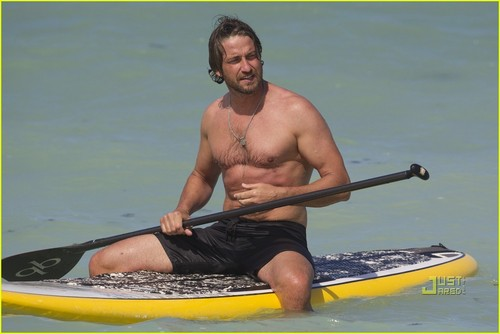 Gerard Butler wallpaper with a canoe called Gerard Butler: Hawaiian Holiday!