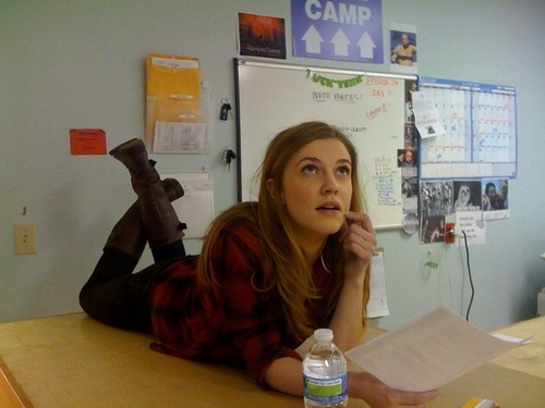 Vampire Diaries – Fernsehserie Hintergrund probably with a sign and a packing box titled Sara Canning [2x16] behind the scene