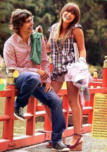 patito feo karatasi la kupamba ukuta containing a park bench entitled Camila-Outon-Pia