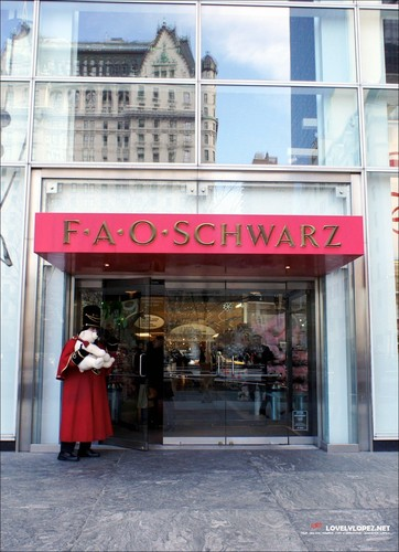 Jennifer Shopping at FAO Schwarz with Marc & the twins 2/4/11