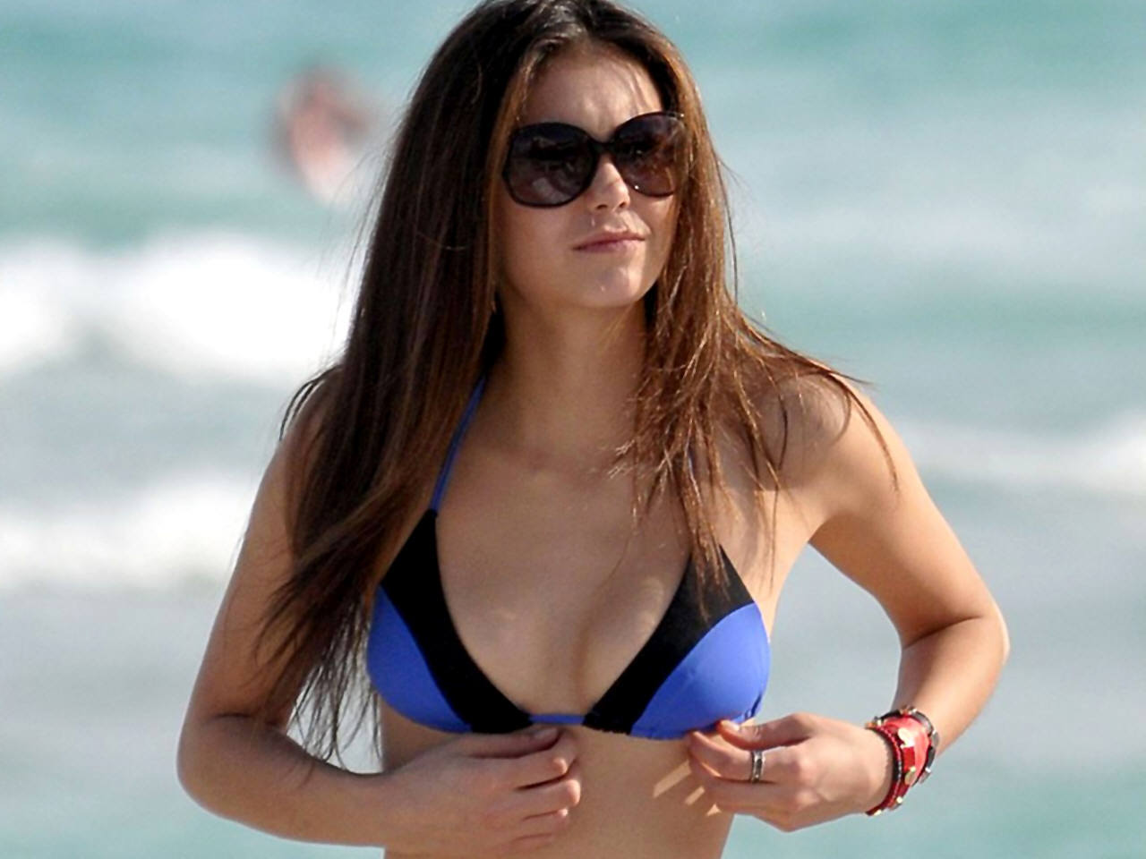 http://images4.fanpop.com/image/photos/19000000/Nina-Dobrev-nina-dobrev-and-candice-accola-19082054-1280-960.jpg