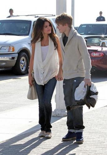 Selena Gomez and Justin Bieber in love and holding hands
