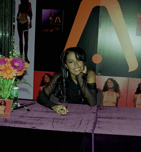 'AALIYAH' album signing at FYE 音楽