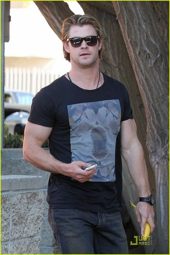 Chris Hemsworth: Bulging Biceps! - chris-hemsworth Photo