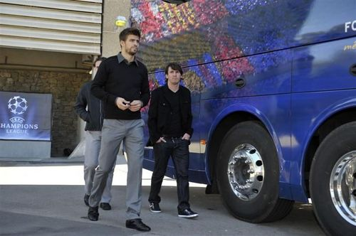 High Piqué and small Messi 2