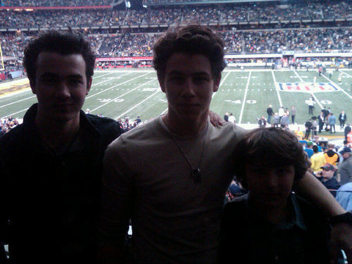 Jonas Brothers Enjoy a game Togather