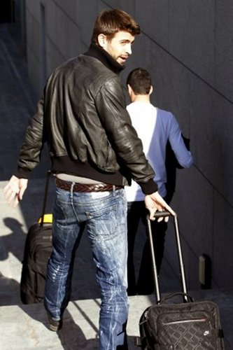 Piqué in low hipsters pants