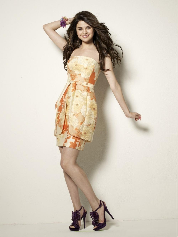 http://images4.fanpop.com/image/photos/19100000/Selena-Gomez-photoshoot-HQ-selena-gomez-19184502-1000-1332.jpg