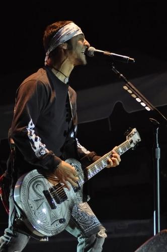 Sully Live w/guitar