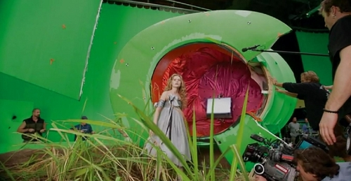 alice no país das maravilhas (2010) wallpaper probably with an internal combustion engine entitled Alice in WOnderland-Behind the scenes