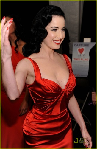 Dita Von Teese: Red Dress for the ハート, 心 Truth Show!