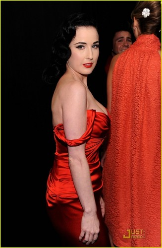 Dita Von Teese: Red Dress for the 심장 Truth Show!