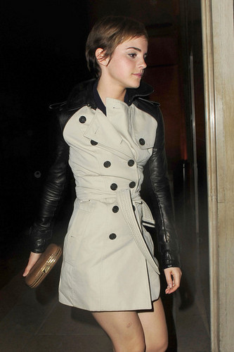 Emma out and about in Лондон {11-2-11}